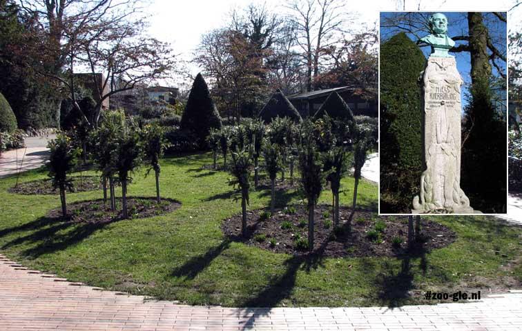 2009 Centrale tuin met buste van de oprichter