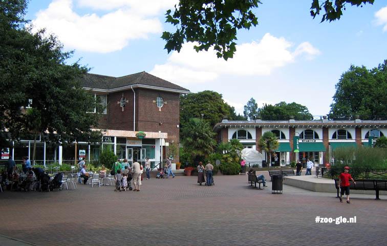 2005 Aan Barclay Court zie je dat zoos veel ruimte reserveren voor mensen