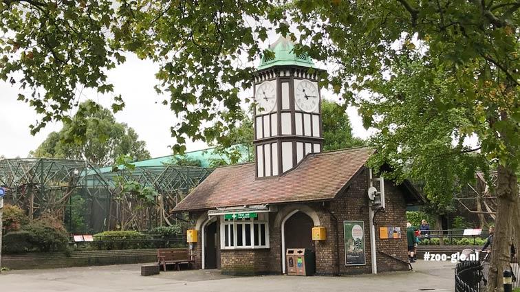 2019 Clock Tower van Decimus Burton (1828) met daarachter de Sobell Pavilions (1973) van John Toovey