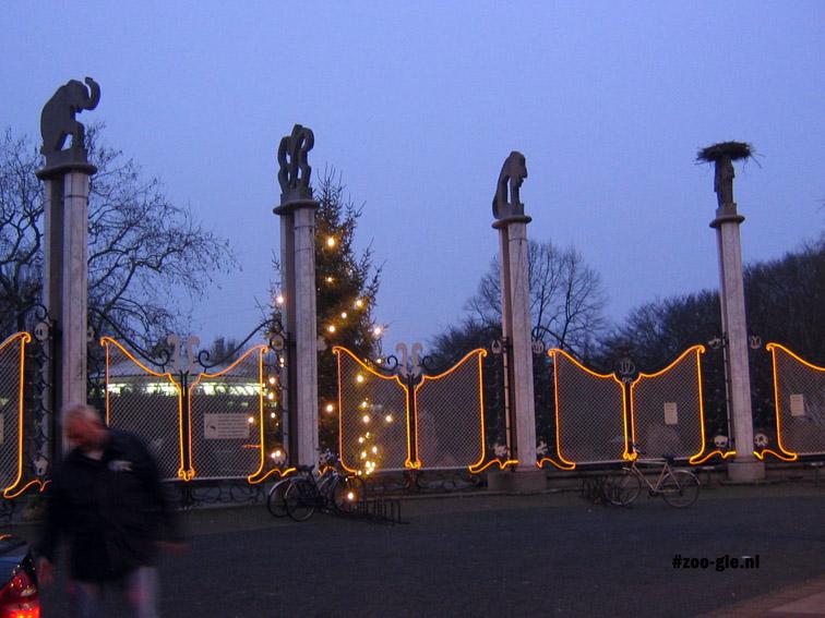 2006 Hek met beelden van Bolle bij de ingang in december