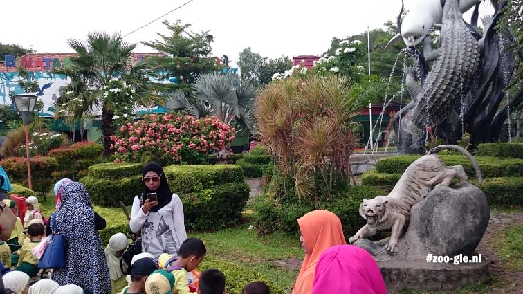 2017 Voor de ingang van Kebun Binatang Surabaya