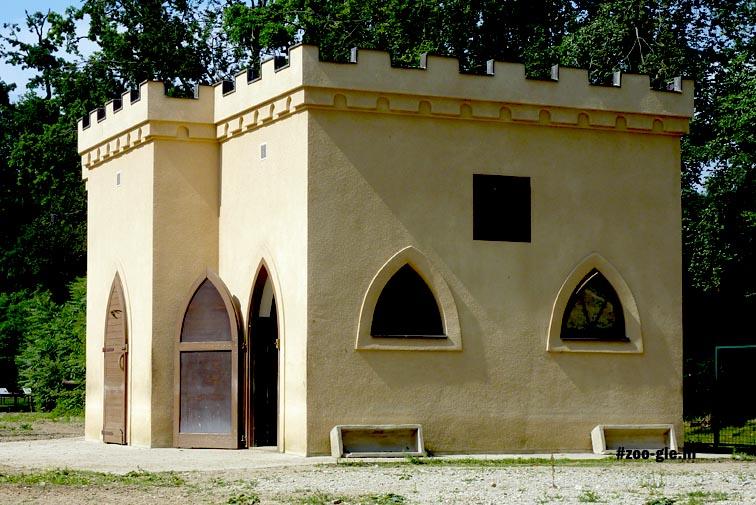 2010 Exotisch gebouw op Afrikaanse savanne