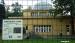 2010 Bordje manenwolven, apenhuis op achtergrond