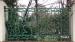#December 2019 Glimp van de rotsformatie door mooi versierd hek