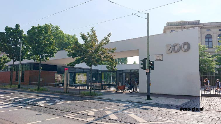 2018 Ingang zoo Frankfurt naast gebouw Maatschappij voor Dierkunde