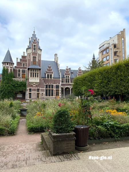 2021 Melkerij vroeger onderdeel van een farm in neo-Vlaamse-renaissancestijl en Vlaamse tuin vol wilde bloemen
