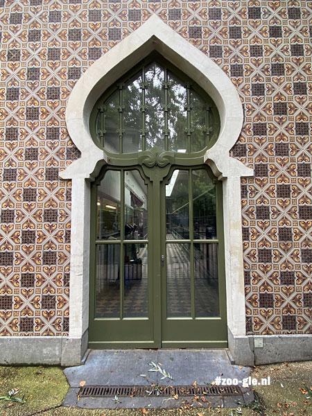 2021 Hoefijzerboog neomoors okapigebouw
